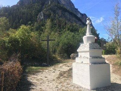 Hängebrücke-vereint-Budismus-Christentum