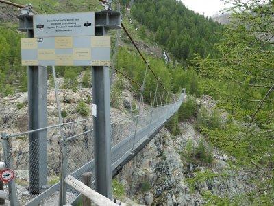Furi-Hängebrücke-Seitenansicht