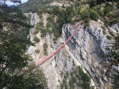 knallrote-Hängebrücke